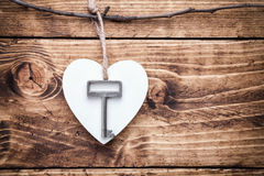 Concept d'amour Vieille clé et un coeur sur le fond en bois Image libre de droits