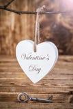 Concept d'amour Vieille clé et un coeur sur le fond en bois Photographie stock libre de droits