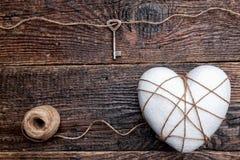 Concept d'amour Vieille clé et un coeur sur le fond en bois Photo stock