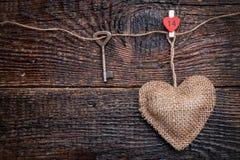 Concept d'amour Vieille clé et un coeur sur le fond en bois Image stock