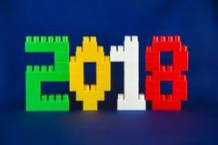 Concept 2018 d'année de Lego New avec des cubes en Lego sur le fond bleu Photographie stock libre de droits