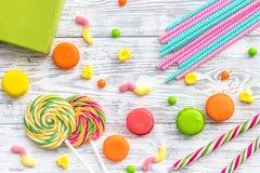 Concept d'anniversaire avec le cadeau et les bonbons enveloppés sur la vue supérieure de fond gris Image libre de droits