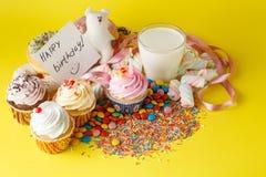 Concept d'anniversaire d'enfant d'amusement Bonbons et petits gâteaux Image libre de droits