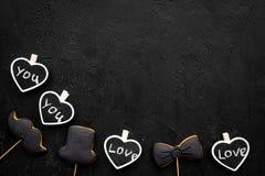 Concept d'anniversaire du ` s d'hommes Biscuits dans la forme de la moustache, chapeau, noeud papillon Les coeurs avec le lettrag Images libres de droits