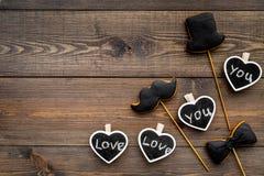 Concept d'anniversaire du ` s d'hommes Biscuits dans la forme de la moustache, chapeau, noeud papillon Les coeurs avec le lettrag Image stock