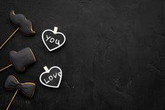 Concept d'anniversaire du ` s d'hommes Biscuits dans la forme de la moustache, chapeau, noeud papillon Les coeurs avec le lettrag Photo libre de droits