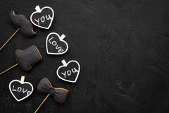 Concept d'anniversaire du ` s d'hommes Biscuits dans la forme de la moustache, chapeau, noeud papillon Les coeurs avec le lettrag Photographie stock