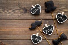 Concept d'anniversaire du ` s d'hommes Biscuits dans la forme de la moustache, chapeau, noeud papillon Les coeurs avec le lettrag Photo stock