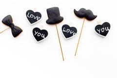 Concept d'anniversaire du ` s d'hommes Biscuits dans la forme de la moustache, chapeau, noeud papillon Les coeurs avec le lettrag Image libre de droits