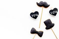 Concept d'anniversaire du ` s d'hommes Biscuits dans la forme de la moustache, chapeau, noeud papillon Les coeurs avec le lettrag Images stock
