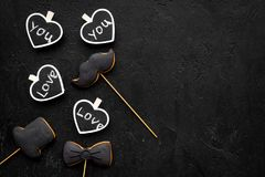 Concept d'anniversaire du ` s d'hommes Biscuits dans la forme de la moustache, chapeau, noeud papillon Les coeurs avec le lettrag Photos libres de droits