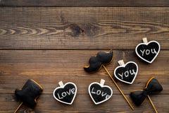 Concept d'anniversaire du ` s d'hommes Biscuits dans la forme de la moustache, chapeau, noeud papillon Les coeurs avec le lettrag Photographie stock libre de droits