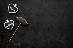 Concept d'anniversaire du ` s d'hommes Biscuits dans la forme de la moustache Les coeurs avec le lettrage vous aiment sur la copi Images stock