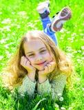 Concept d'apogée La fille sur le visage de sourire dépensent des loisirs dehors L'enfant apprécient le temps ensoleillé de ressor image libre de droits