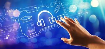 Concept d'apprentissage en ligne avec la main appuyant sur un bouton photographie stock libre de droits