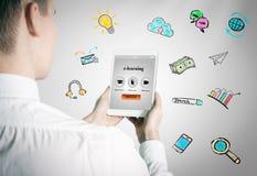 Concept d'apprentissage sur internet Homme tenant une tablette Photo stock