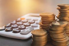 Concept d'argent d'économie avec l'élevage et le calculato de pile de pièce de monnaie d'argent Images stock