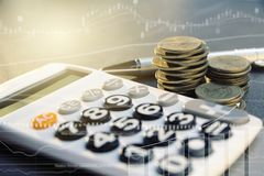 Concept d'argent d'économie avec l'élevage et le calculato de pile de pièce de monnaie d'argent Photo stock