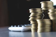 Concept d'argent d'économie avec l'élevage et le calculato de pile de pièce de monnaie d'argent Photos libres de droits
