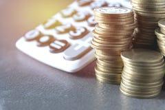 Concept d'argent d'économie avec l'élevage et le calculato de pile de pièce de monnaie d'argent Images libres de droits