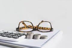 Concept d'argent d'économie avec la pile de pièce de monnaie d'argent s'élevant pour des affaires photographie stock
