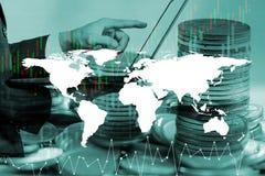 Concept d'argent d'économie, main masculine mettant l'élevage de pile de pièce de monnaie d'argent Photographie stock libre de droits
