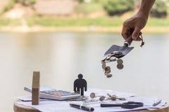 Concept d'argent d'économie, main masculine mettant l'élevage de pile de pièce de monnaie d'argent Image libre de droits