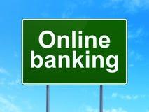 Concept d'argent : Opérations bancaires en ligne sur le fond de panneau routier Photo libre de droits