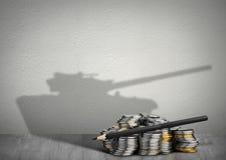 Concept d'armée de financement, argent avec l'ombre d'arme photo stock