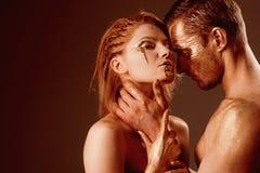 Concept d'art érotique art érotique avec des couples ayant le corps d'or et se touchant, l'espace de copie images stock