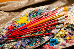 Concept d'art avec la palette et les brosses Image stock