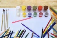 Concept d'art Beaucoup de crayons, de brosses et de pots colorés de peinture dessus images libres de droits
