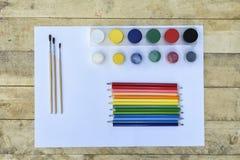 Concept d'art Crayons, brosses et pots colorés de peinture sur un bla photographie stock