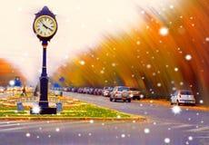Concept d'art d'Overfiltered avec l'horloge de vintage dans le paysage urbain foncé photographie stock libre de droits