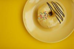 Concept d'art de brocoli sur le fond jaune photos stock