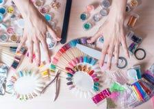 Concept d'art de clou Femme faisant la décoration sur les clous sur la table blanche images libres de droits