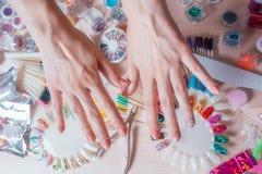 Concept d'art de clou Femme faisant la décoration sur les clous sur la table blanche photo libre de droits