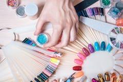 Concept d'art de clou Femme faisant la décoration sur les clous sur la table blanche photographie stock