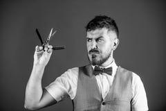 Concept d'art de cru de coiffeur Hippie non rasé de coiffeur avec le rasoir droit pointu Salon de coiffeur de raseur-coiffeur coi images libres de droits