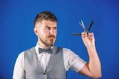Concept d'art de cru de coiffeur Hippie non ras? de coiffeur avec le rasoir droit pointu Salon de coiffeur de raseur-coiffeur coi photographie stock libre de droits