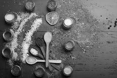 Concept d'art de nourriture La composition du sel coloré et les épices s'approchent des pots avec des herbes images libres de droits