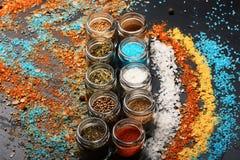 Concept d'art de nourriture Pots en verre avec le paprika, la moutarde et l'origan photos stock
