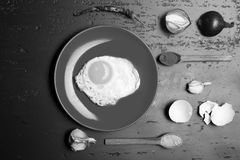 Concept d'art de petit déjeuner et de nourriture Nourriture placée sur le plat rouge sur le fond foncé images stock
