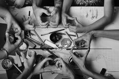 Concept d'art et d'idée Les mains tiennent les marqueurs colorés, crayons, peintures image libre de droits