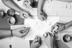 Concept d'art et d'idée Table en bois d'artistes avec les peintures et le papier coloré photos stock