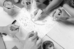 Concept d'art et d'idée Table en bois d'artistes avec les peintures et le papier coloré Les marqueurs dans des mains masculines e photo libre de droits