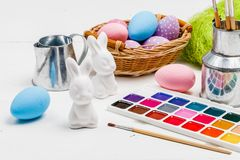 Concept d'Art Happy Easter Sunday peignant les oeufs de pâques pour des vacances Pâques de festival de jour de Pâques photo stock