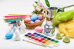 Concept d'Art Happy Easter Sunday peignant les oeufs de pâques pour des vacances Pâques de festival de jour de Pâques images stock