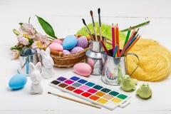 Concept d'Art Happy Easter Sunday peignant les oeufs de p?ques pour des vacances P?ques de festival de jour de P?ques images stock