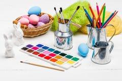 Concept d'Art Happy Easter Sunday peignant les oeufs de p?ques pour des vacances P?ques de festival de jour de P?ques photo libre de droits